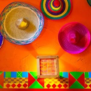 墙上挂着墨西哥宽边帽