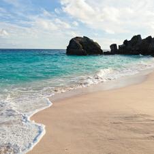沃里克长湾海滩和岩层位于百慕大群岛的乔布森湾附近。